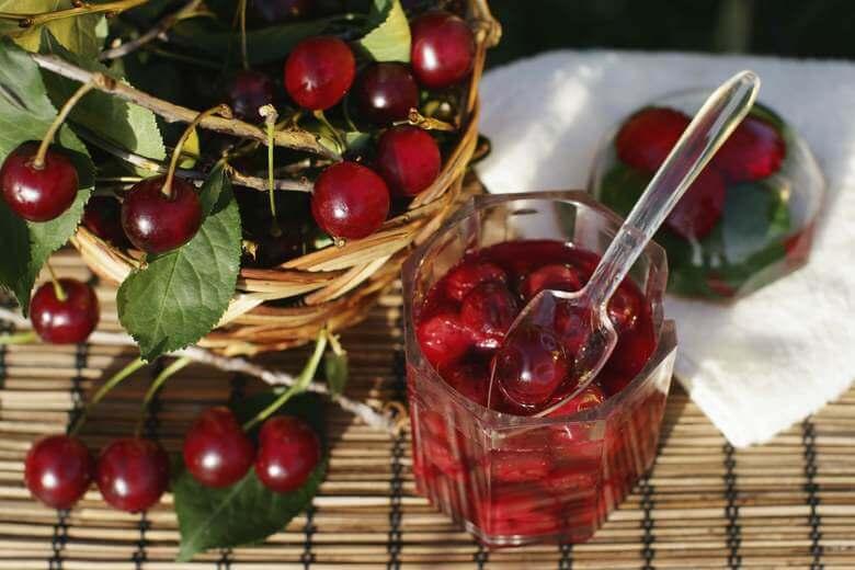 Быстрое варенье из вишни с косточками